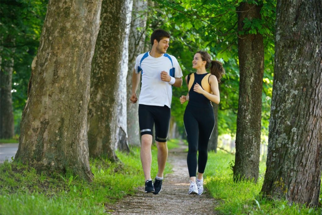 couple-running-on-trail